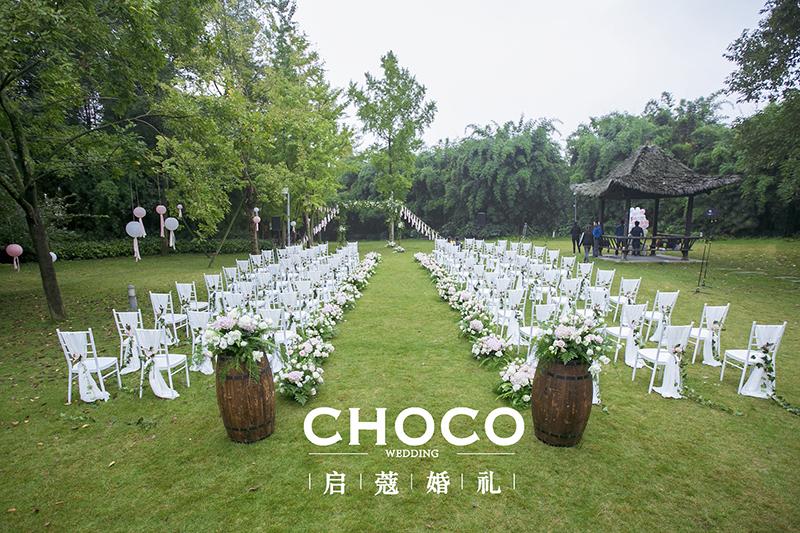 浪漫温馨的草坪婚礼布置